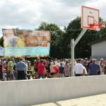 Basketkurv. På banneret står: Spil på den nye multibane døgnet rundt, året rundt